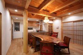 自然素材の木組みの家 シャンデリアのあるリビング